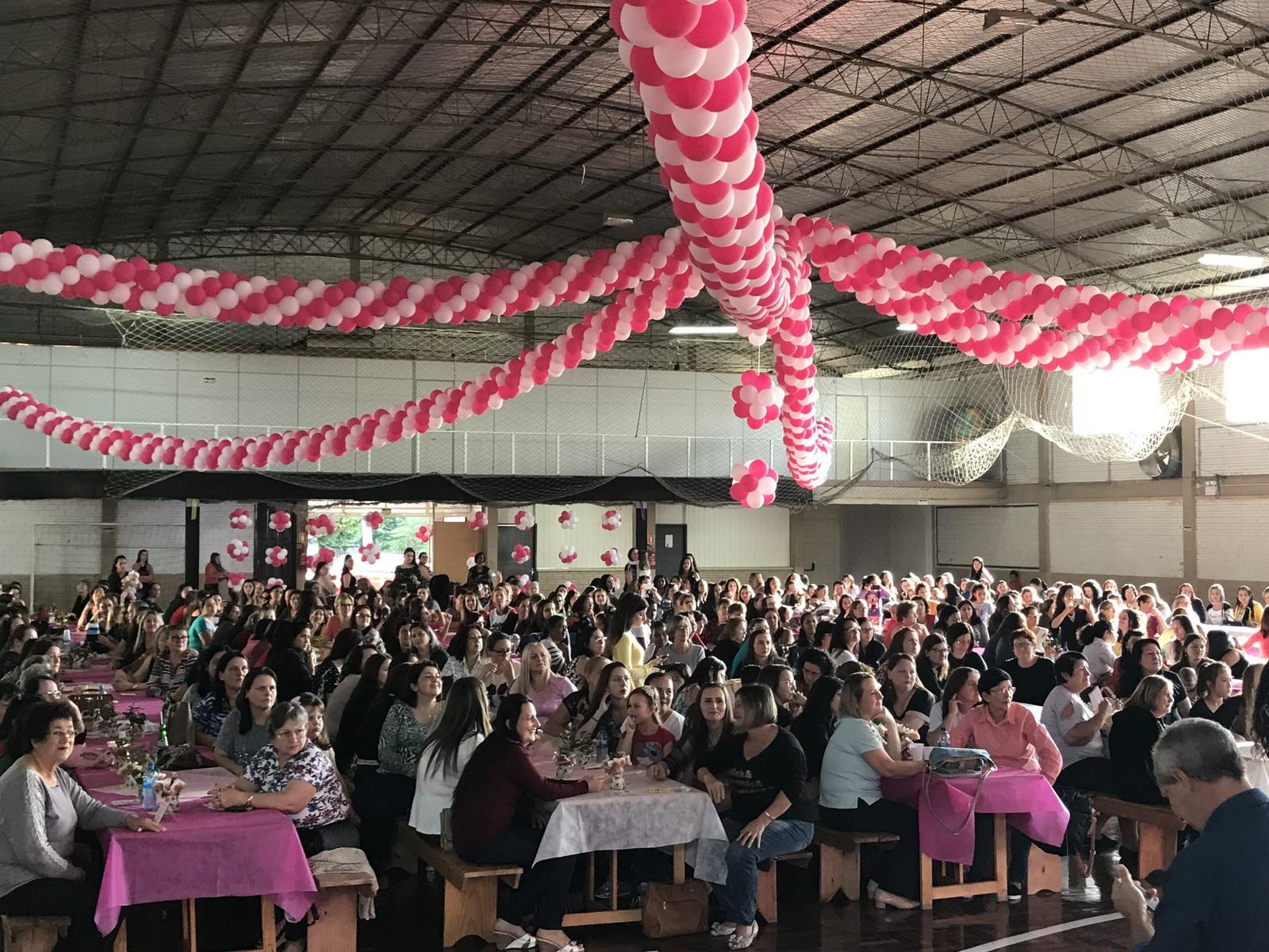 Mulheres do setor calçadista participaram do evento no Barracão Católico