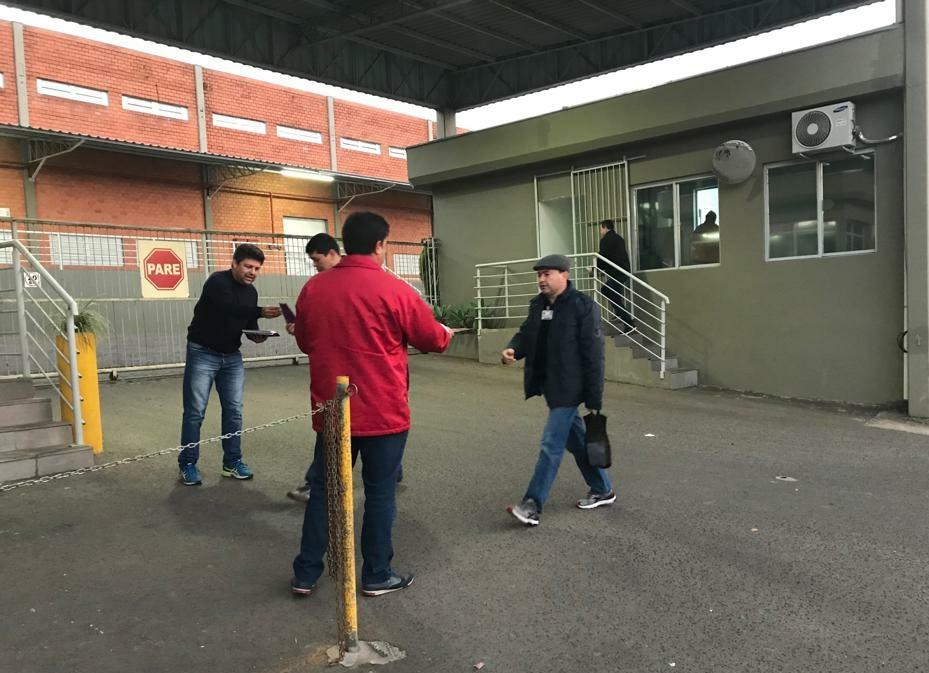 Diretoria da entidade se mobilizou nas portarias para entregar em mãos o material aos trabalhadores
