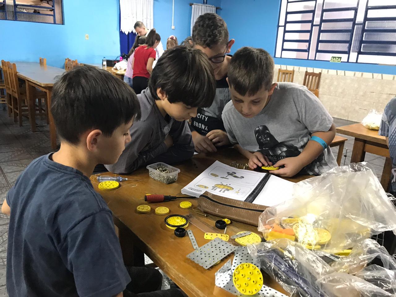 Crianças aprendem sobre matemática, física e lógica em atividades organizadas pelo Núcleo Brasileiro de Robótica.