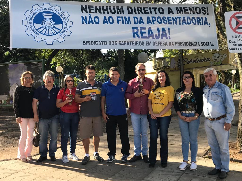 Diretoria do Sindicato dos Sapateiros entregou cartilha informativa sobre a reforma da previdência na Rua Coberta.